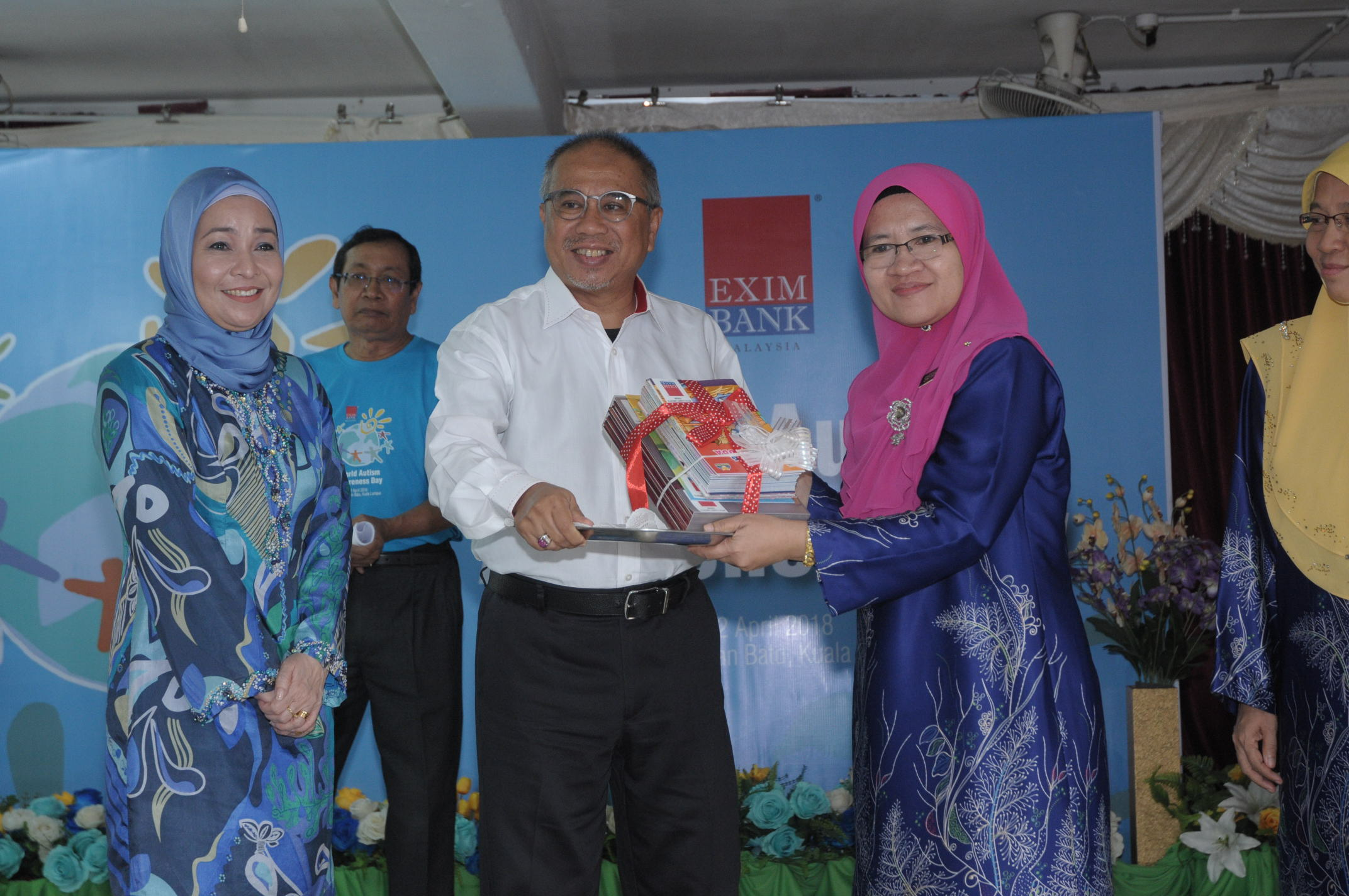 EXIM Bank celebrated World Autism Awareness Day with a group of autistic children under the 'Program Pendidikan Khas Integrasi' at Sekolah Kebangsaan Jalan Batu.